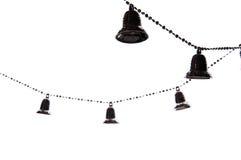 Cadena del árbol de navidad con las campanas aisladas en el fondo blanco Imagenes de archivo