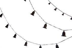 Cadena del árbol de navidad con las campanas aisladas en el fondo blanco Foto de archivo libre de regalías