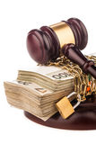 Cadena del dinero y mazo del juez aislado en blanco Fotos de archivo libres de regalías