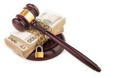 Cadena del dinero y mazo del juez aislado en blanco Fotografía de archivo libre de regalías