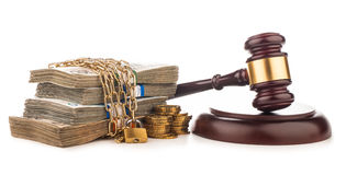 Cadena del dinero y mazo del juez aislado en blanco Imágenes de archivo libres de regalías