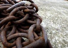Cadena del hierro en el hormigón Fotografía de archivo libre de regalías