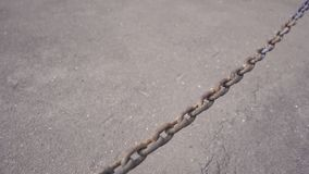 Cadena del metal con las rocas oxidadas de un vínculo metrajes