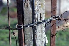 Cadena del metal en la cerca de madera vieja Fotos de archivo