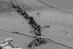 Cadena en arena imagen de archivo