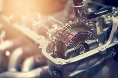 Cadena en pieza del motor cortada de coche de metal Imagen de archivo libre de regalías