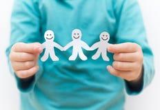 Cadena feliz del papel de la gente Imágenes de archivo libres de regalías