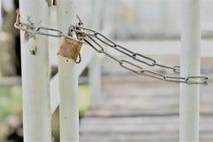 Cadena larga para cerrar la cerca imagenes de archivo