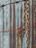 Cadena oxidada vieja del metal, alambres del moho con el fondo del moho del cinc foto de archivo