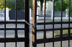 Cadena y cerradura en la cerca del hierro Foto de archivo