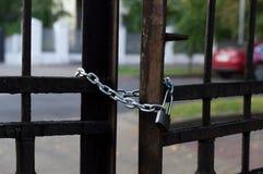 Cadena y cerradura en la cerca del hierro Opinión del primer Calle de la ciudad y Fotos de archivo libres de regalías
