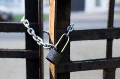 Cadena y cerradura en la cerca del hierro Opinión del primer Cerradura aguda blur Imagenes de archivo
