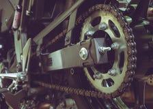 Cadena y piñón posteriores de la motocicleta Fotografía de archivo
