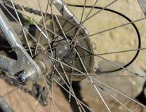 Cadena y rayos viejos de la bicicleta en primer foto de archivo libre de regalías