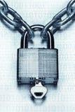 Cadenas à chaînes et verrouillé avec la clé ; protection de l'ordinateur et chiffrage images libres de droits