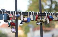 cadenas accrochant du pont un symbole de l'amour et du lo sans fin Image libre de droits