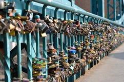 Cadenas accrochant sur le pont d'amour à Wroclaw Images stock