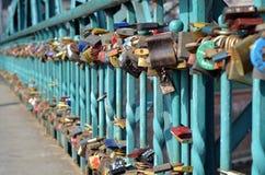 Cadenas accrochant sur le pont d'amour à Wroclaw Images libres de droits