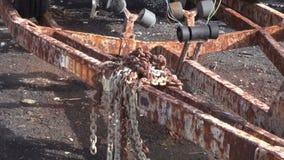 Cadenas aherrumbradas del hierro en el remolque oxidado de la nave metrajes