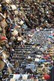 Cadenas attachés aux balustrades Image libre de droits