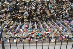 Cadenas attachés aux balustrades Photographie stock libre de droits