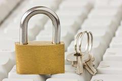 Cadenas avec clés sur le clavier Image stock
