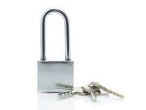 Cadenas avec trois clés sur le fond blanc Photo stock