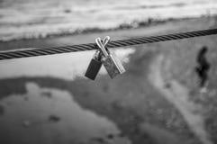 Cadenas couplés en noir et blanc symbole de l'amour éternel Photographie stock libre de droits