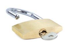 Cadenas débloqué avec une clé dans le trou de la serrure Photo stock