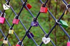 Cadenas d'amour à la barrière photographie stock libre de droits