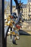 Cadenas d'amour à Paris, France Photo libre de droits