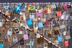 Cadenas d'amour attachés sur la barrière de pont Images libres de droits