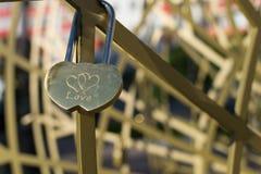 Cadenas d'amour des coeurs reliés ensemble Images libres de droits
