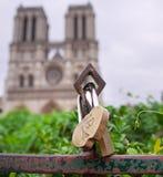 Cadenas d'amour devant Notre Dame Cathedral à Paris Amour de Smbolize pour toujours Images stock