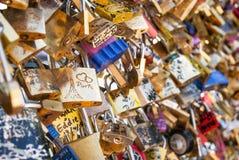 Cadenas d'amour en métal à Paris Photographie stock libre de droits