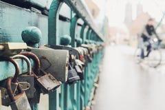 Cadenas d'amour fixes aux balustrades du pont Images stock
