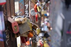 Cadenas d'amour par un pont photos stock