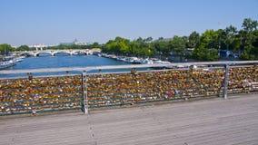 Cadenas d'amour sur le Pont des Arts paris france Photos stock