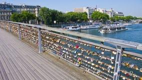 Cadenas d'amour sur le Pont des Arts paris france Photo libre de droits