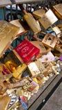 Cadenas d'amour sur le Pont des Arts paris france Photographie stock