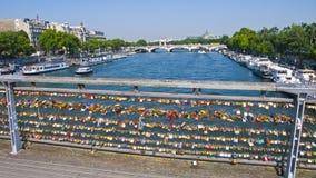 Cadenas d'amour sur le Pont des Arts paris france Images stock