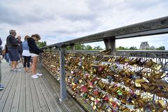 Cadenas d'amour sur le Pont des Arts paris france Images libres de droits