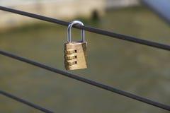 Cadenas d'amour sur Pont Neuf au-dessus de la Seine, Paris, France Photographie stock libre de droits