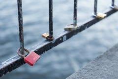 Cadenas d'amour sur un pont à Stockholm Photo libre de droits