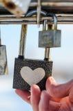 Cadenas de contacts de main avec le modèle de coeur images libres de droits