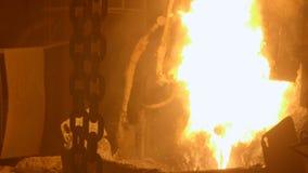 Cadenas de elevación pesadas por el furnance de la ráfaga en una planta metalúrgica almacen de metraje de vídeo