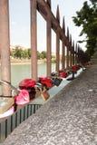 Cadenas de l'amour sur la balustrade Image libre de droits