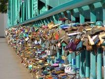 Cadenas de l'amour sur le pont Image libre de droits