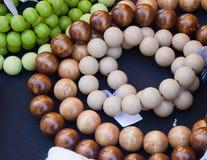 Cadenas de perlas de madera pintadas en secuencia con las etiquetas atadas fotos de archivo libres de regalías