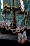 Cadenas de rouillement sur un train abandonné photos libres de droits